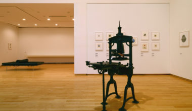 CCGA現代グラフィックアートセンター 「共鳴する刻[しるし]―木口木版画の現在地」展 柄澤齊氏によるアルビオン・プレス型平圧印刷機を使った刷りの解説動画公開